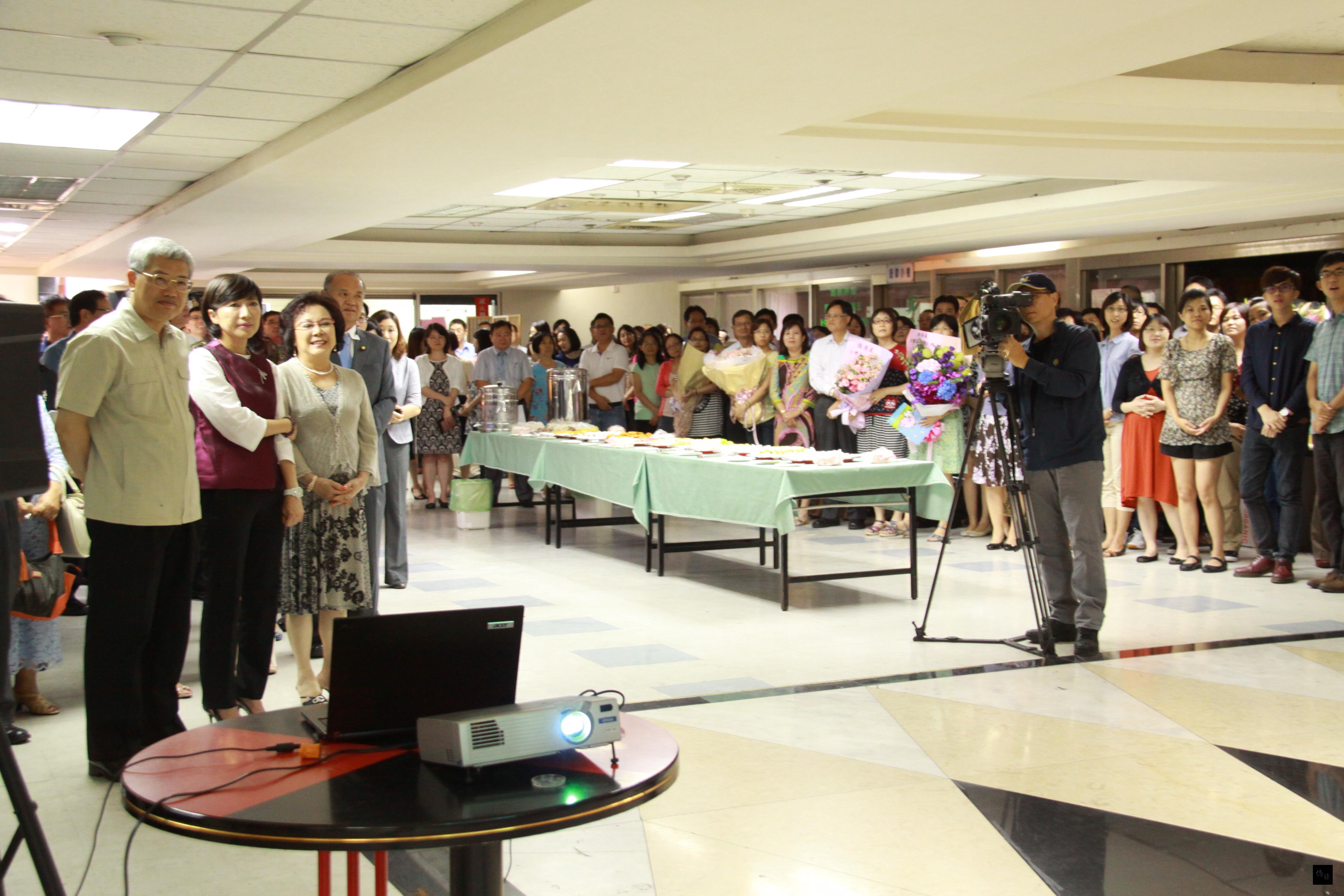 僑委會舉辦歡送副委員長陳玉梅茶會,同仁們一起觀賞陳玉梅出席僑社活動的影片回顧。