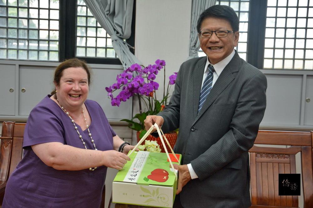 加拿大台灣辦事處代表Kathleen Mackay拜訪屏東縣長潘孟安,雙方針對農產品發展及觀光推動交換意見。(屏東縣政府提供)