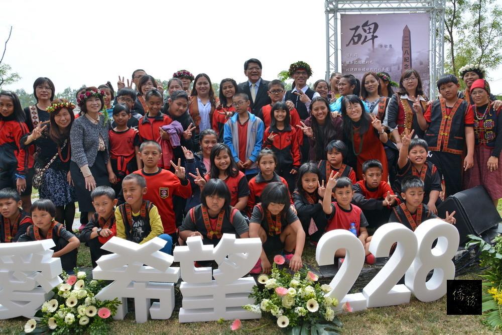 屏東縣政府舉辦「愛.與希望-從心開始」二二八紀念音樂會,透過音樂、詩歌昇華二二八的意義、走出悲情,展現團結與融和。(屏東縣政府提供)