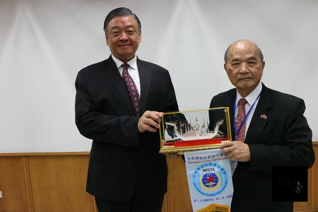 世界華商經貿聯合總會參訪團29日拜會僑務委員會,副委員長呂元榮(左)和總會長黃正男(右)互贈紀念品。