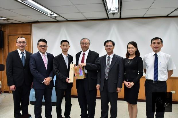 加西臺灣商會雙十國慶回國慶賀團與僑務委員會主任秘書張良民(中)合照。