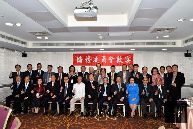 泰國僑商國家建設與投資參訪團30人與僑務委員會委員長吳新興(前排白衣)合照。