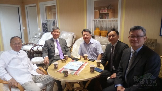 吳新興訪視臺商公司,左起:吳新興、張雲屏、劉倖佑、 經濟組組長陳秀全、副組長劉南均。