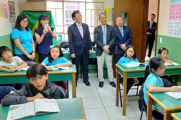 僑務委員長吳新興(後排立者左4)實地訪視聖儒華文學校教學情形。(聖保羅華僑文教中心提供)