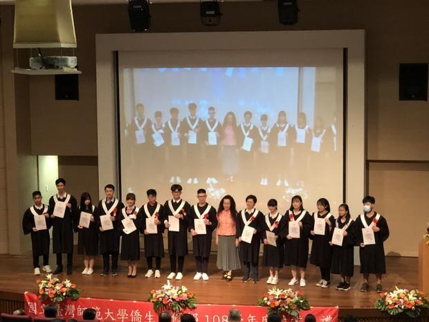 吳郁華(右七)與獲得僑委會學業成績優良獎之結業生們合影留念。