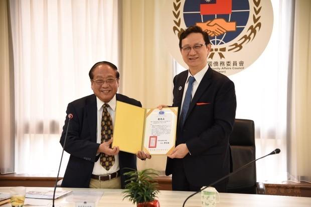 鄭致毅(左)將華僑節慶祝大會邀請函遞交給童振源(右),邀請他出席。