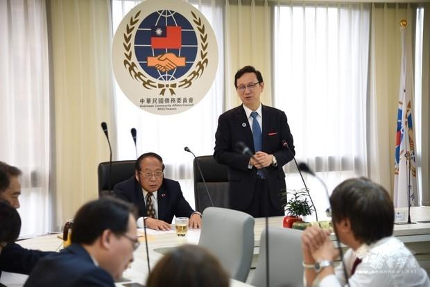 童振源(站立者)表示,僑聯總會一直以來對僑胞的協助與臺灣的連結助益甚多,期望未來能一起為僑胞服務。