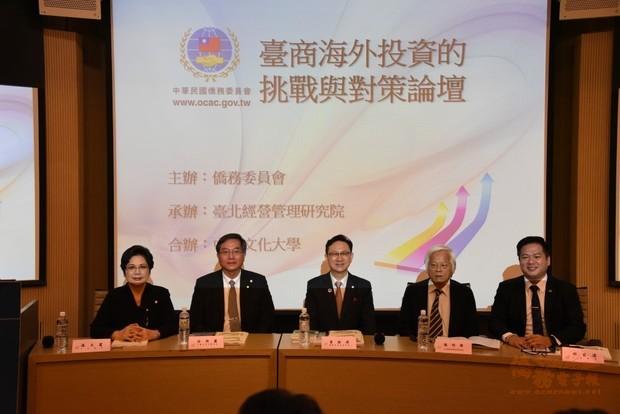 童振源(中)、溫玉霞(左1)、邱臣遠(右1)、徐興慶(左2)及陳明璋(右2)合影。