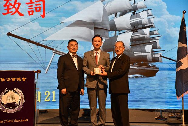 童振源(中)接受林齊國(左)及伍世文(右)贈送《偉大的華僑》CD。