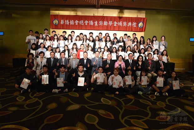 童振源(二排中)、林齊國(二排左6)及該會理監事與受贈獎學金的僑生同學合影。