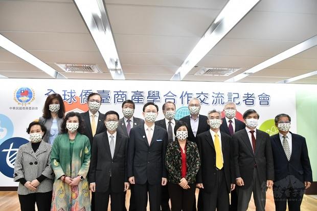 童振源(左4)與副委員長徐佳青(右4)攜僑臺商與大學院校校長合影留念