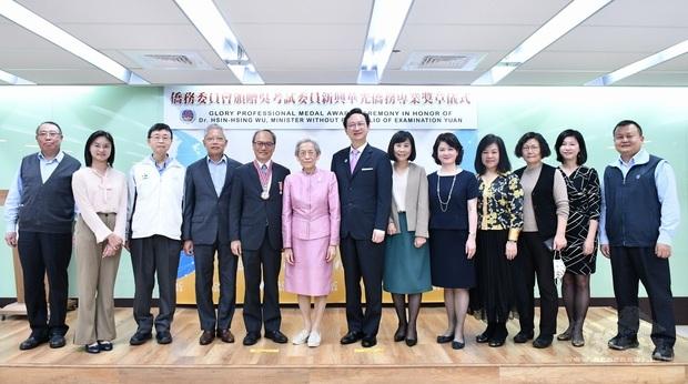 童振源(中)、吳新興(左5)、張富美(左6)及僑委會一級主管們合影。