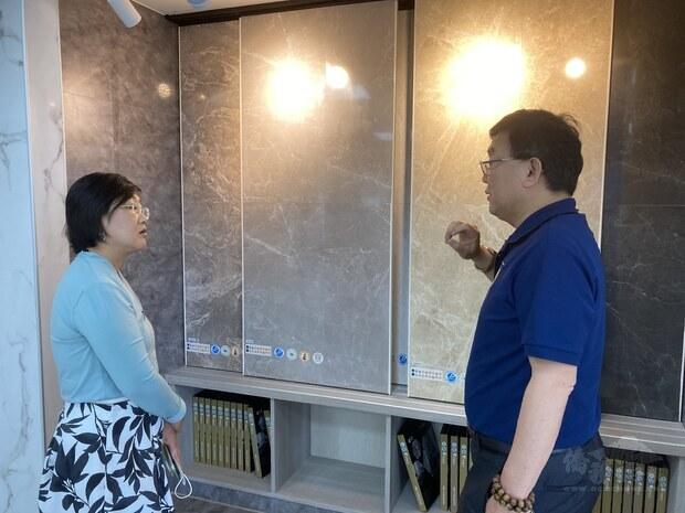 張文益(右)介紹金展公司的專利產品
