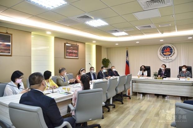 僑委會與歐總進行意見交流。
