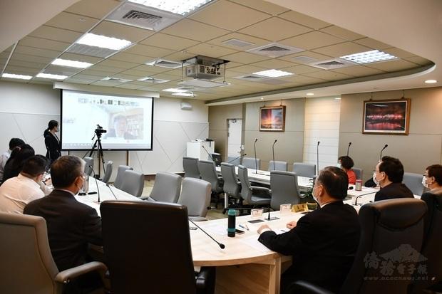 僑委會與英國、法國及德國地區僑務諮詢委員進行視訊座談。