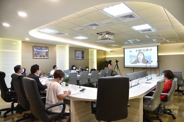 僑委會與加拿大東部地區僑務諮詢委員與僑務顧問進行視訊會議。