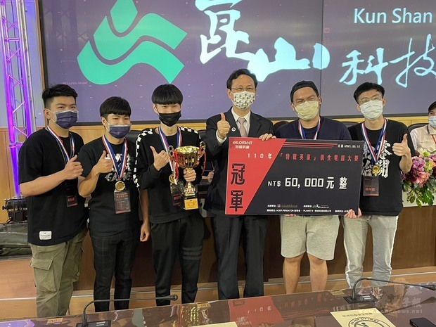 僑委會童委員長(右三)與2021僑生電競大賽冠軍隊伍「試水溫2」全體隊員合影