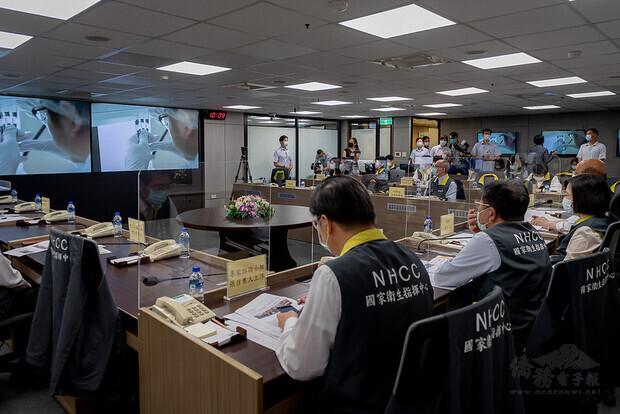 總統聽取高端公司總經理陳燦堅及聯亞公司董事長王長怡視訊簡報疫苗開發與生產進度
