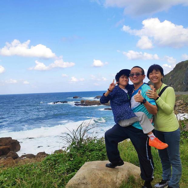 馬來西亞罕病童家長李意盛(中)表示,因台灣罕病基金會創辦人陳莉茵一句話的鼓勵,給了他莫大勇氣,不僅替30多名罕病童爭取醫療費,也讓更多馬國患者願意站出來替自己發聲。(李意盛提供)