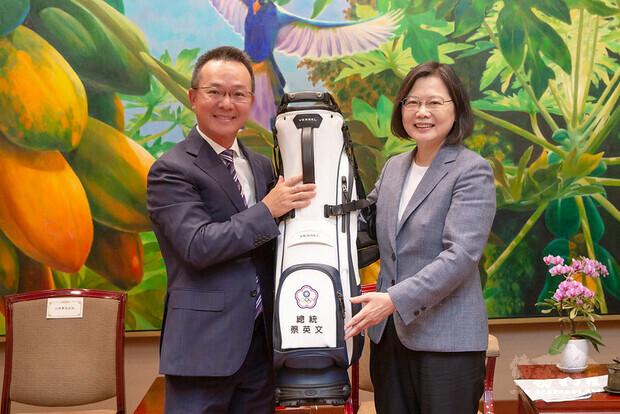 總統上午接見高球界菁英選手及中華民國高爾夫協會幹部,期勉選手繼續努力,創下輝煌成績