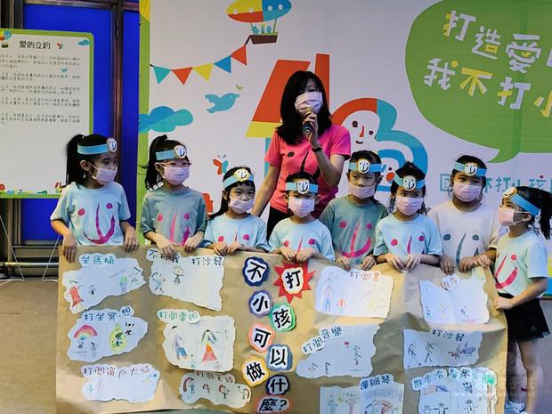 4月30日是「國際不打小孩日」,人本教育基金會25日舉辦活動,呼籲親師終止複製體罰暴力,建立友善環境、架構親職支援系統,以啟發取代懲罰,建立一個不打小孩的國家。