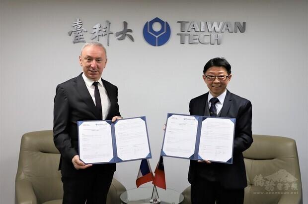 法國在台協會主任公孫孟(左)與台灣科技大學校長顏家鈺(右)簽署「法國在台協會.國立台灣科技大學獎學金」,加碼提供獎學金人數與協助,鼓勵台科大優秀學生赴法國學習。(台科大提供)