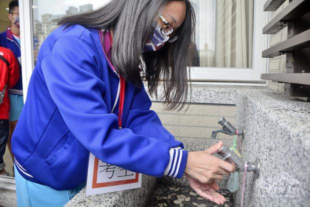 110年國中教育會考即將於5月15日及16日舉行,新北市海山高中為其中一處考場,5日舉行防疫演練,規定中午用餐前必須先洗手(圖),才可以在教室內以隔板用餐。