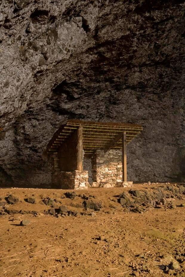 黃奕捷與廖烜榛兩位藝術家特別打造「小屋」,還原1951年第一批登島受難者以老咕石、茅草為自己搭建「監獄」的經歷。(人權館提供)