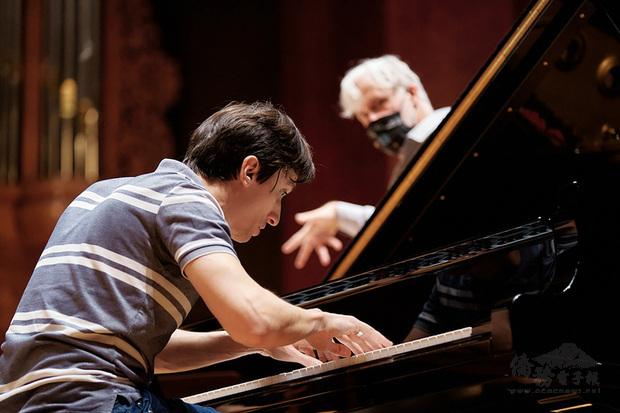 國際知名指揮馬庫斯.史坦茲(Markus Stenz)(後)訪台客席NSO國家交響樂團,8日晚間將與鋼琴家亞歷山大.羅馬諾夫斯基(Alexander Romanovsky)(前)在國家音樂廳攜手演出普羅科菲夫的「第二號鋼琴協奏曲」。