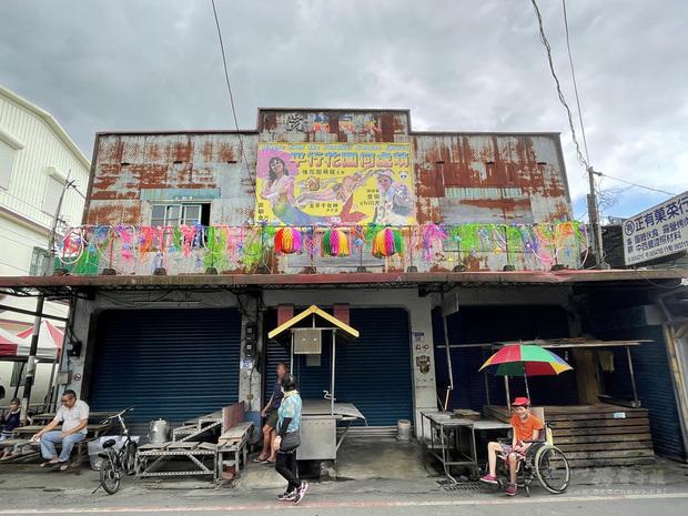 花蓮壽豐鄉豐田社區內有一間大同戲院,隨著當地產業出走後,塵封已逾40年,近期戲院重新被打開,不再放映電影,而是邀請藝術家進駐創作。