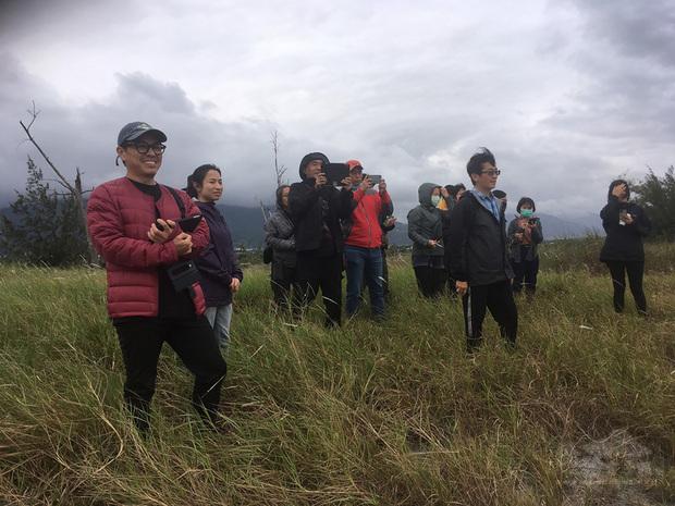 美術指導周志憲(左)與導演魏德聖(前右)繼「賽德克.巴萊」後,再度在「臺灣三部曲」合作,要從零到有重現400年前西拉雅族生活樣貌。(米倉影業提供)