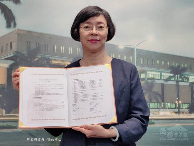 國家圖書館館長曾淑賢(圖)與立陶宛維爾紐斯大學簽署合作協議,雙方將合作建置「台灣漢學資源中心」。(國圖提供)