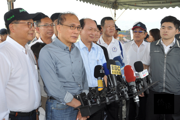 林全(左二)指示,推動新南向政策要本於互惠的原則,對台灣可達成的效益要十分明確。