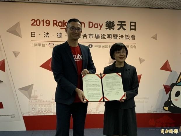 外貿協會副秘書長林芳苗(右)及台灣樂天財務長李志興(左)簽署合作備忘錄。(自由時報訊)