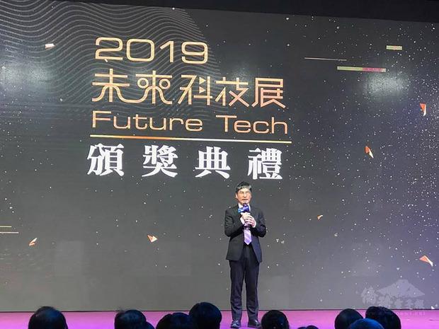 科技部長陳良基出席2019未來科技展的頒獎典禮時,感謝所有參展的學研團隊以及到場參觀的民眾,用行動展現對於創新技術的支持。(中央社提供)