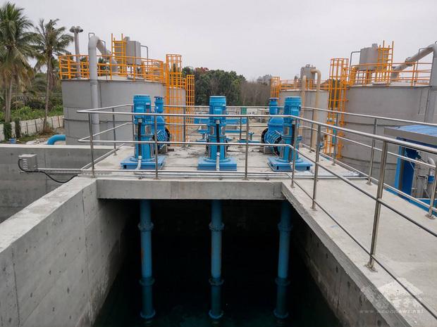 屏東縣政府表示,縣內自來水供水普及率終於突破6成,同時為因應自來水管線末端水源不足,既有供水系統已逐漸趨於飽和,再加上需供應日益增加申裝的自來水用戶,縣府與台灣自來水公司積極尋找與開發自來水水源,以確保未來供水穩定。(屏東縣政府提供)