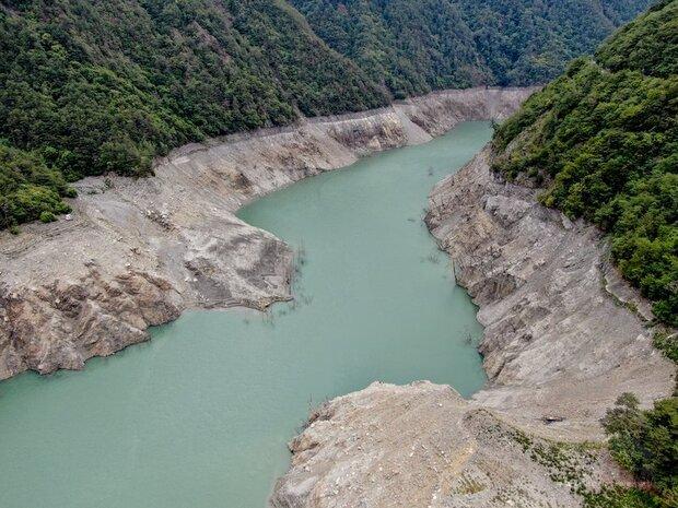 中台灣旱象持續,德基水庫水位來到1325.95公尺,水庫蓄水率3%,再創47年來水位新低,水庫集水區可見河床裸露情形嚴重。