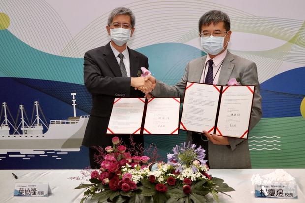合作備忘錄,宣布雙方將建置國家級「國際海事公約資訊平台」,由航港局長葉協隆(左)及高科大校長楊慶煜(右)代表簽署。