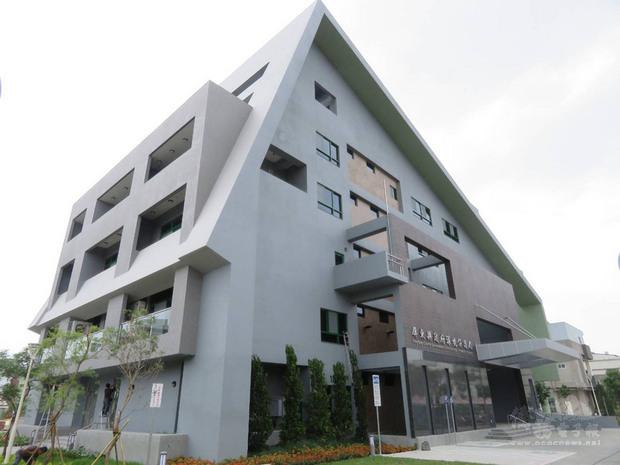 屏東縣政府生態節能大樓正式啟用,是全國第一座黃金級的綠建築環保局。(屏東縣政府提供)
