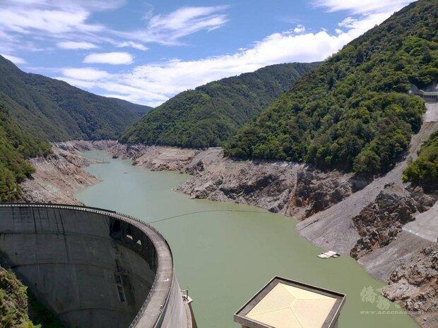 根據經濟部水利署水情監測統計資料,德基水庫目前蓄水率2.8%,持續供應下游民生用水,也因水源入不敷出,水位恐逐日下降。(台中市政府提供)