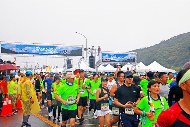 台9線南迴公路改善計畫,其中台東達仁到屏東草埔以隧道與高架橋方式新建的11.1公里路段,將於12月20日通車啟用,台東縣體育會特地於通車前舉辦馬拉松賽,吸引約7000名選手參加。(中央社提供)