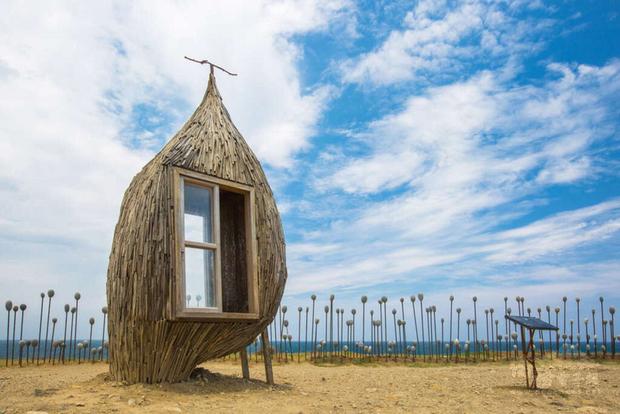 東海岸大地藝術節裝置藝術作品「在海邊看書,好嗎?」座落在台東加路蘭休憩區,作品以實木為主體,外表以漂流木包裹,呈現海浪的波浪線條,十分吸睛。(東部海岸國家風景區管理處提供)