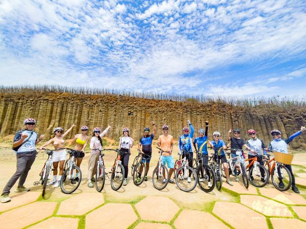 2021年為台灣自行車旅遊年,單車樂活旅遊風潮興起,澎湖國家風景區管理處配合推出澎湖自行車跳島嘉年華,近日特別邀請12人踩線團率先踩線試點。(澎湖國家風景區管理處提供)