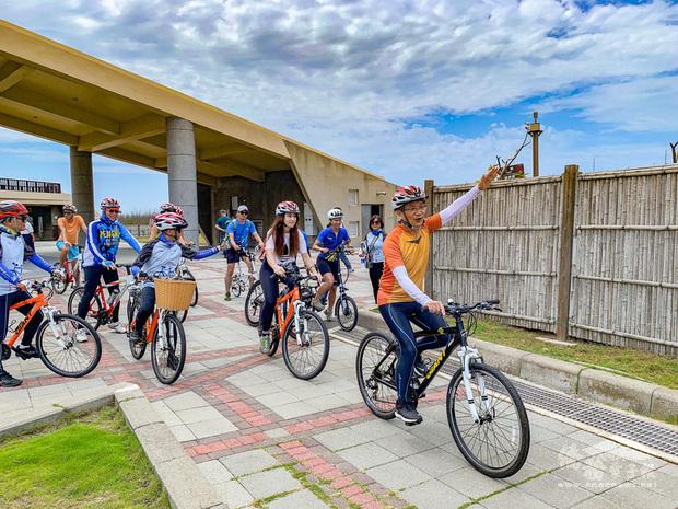 2021為台灣自行車旅遊年,交通部觀光局澎湖國家風景區管理處推出澎湖自行車跳島嘉年華活動,5日邀請踩線團率先體驗,為活動宣傳造勢。(澎湖國家風景區管理處提供)