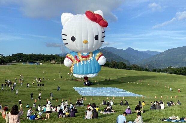 台東縣政府為今年熱氣球嘉年華打造的HELLO KITTY造型熱氣球亮相,在晨曦照射下,穿著布農族的「凱蒂貓」掀起熱潮。