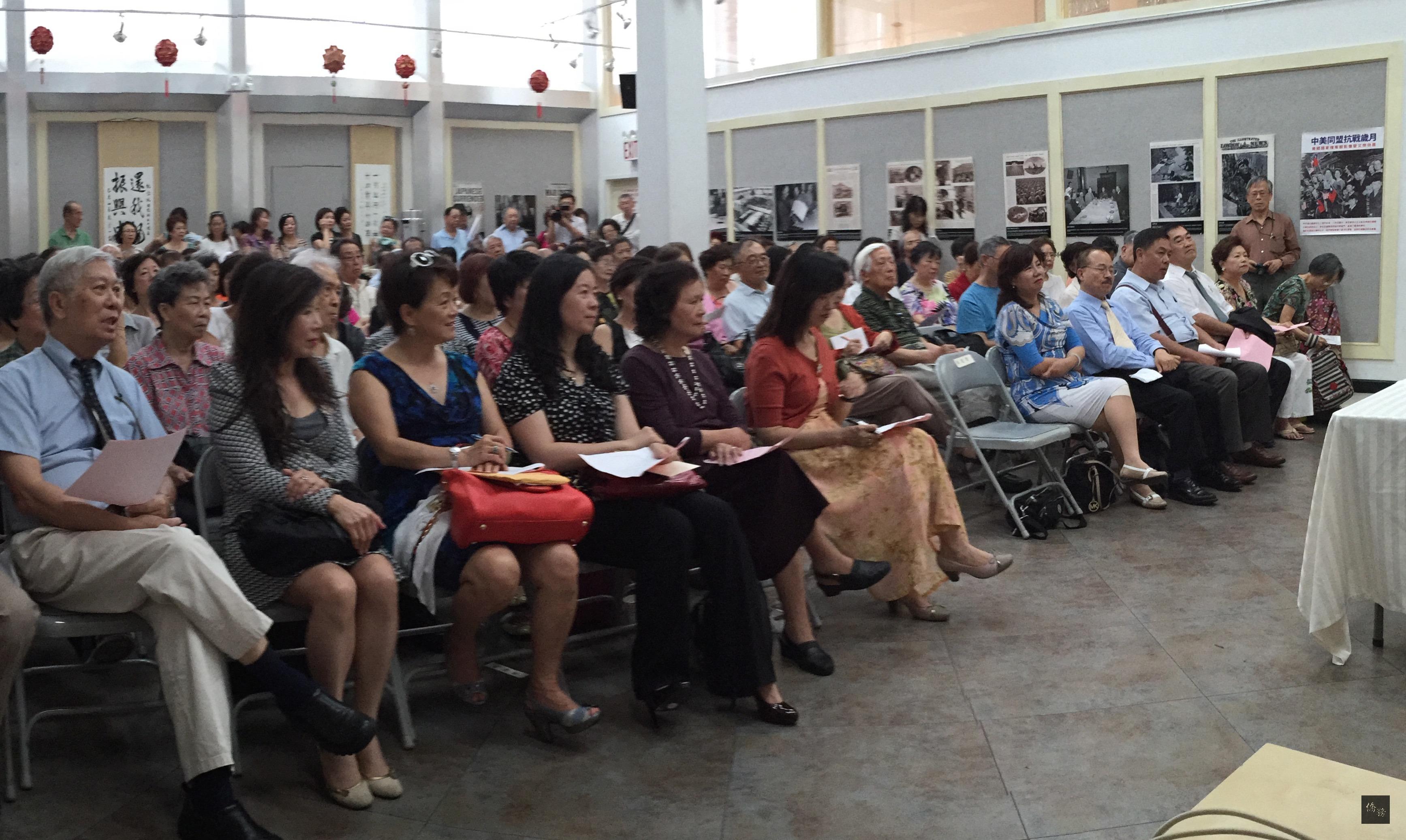 王鼎鈞在紐約僑教中心以「戲劇欣賞」為題進行專題講座,近200位僑胞將僑教中心擠得水洩不通。(紐約僑教中心提供)