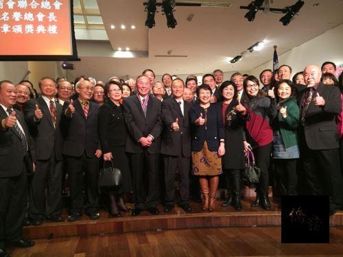 紐約僑界大老、台灣商會創會會長蔡仁泰(前排左5)獲頒僑委會「一等華光專業獎章」,僑領熱情出席觀禮,與有榮焉。(中央社提供)