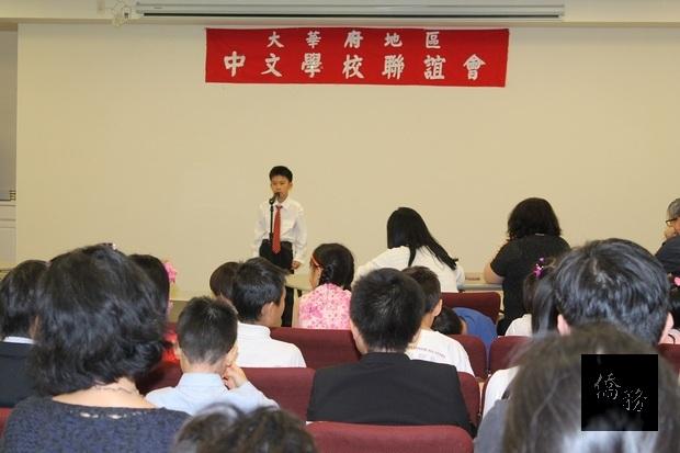 小學組學生演講時的專注神情。