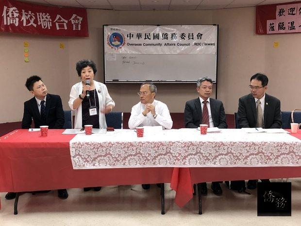 僑委會委員長吳新興(左三)參加加西中文教師研習會,並出席僑教座談。