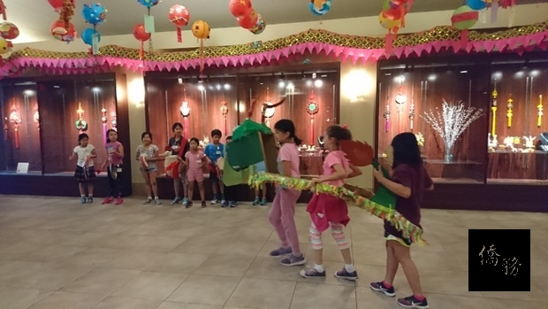 參加文化夏令營的學生表演賽龍舟。